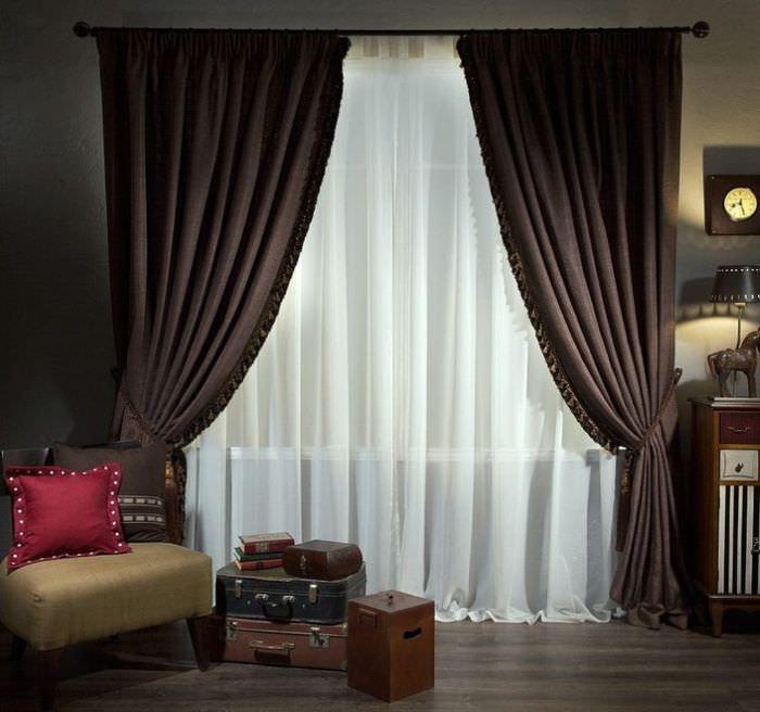 Коричневые шторы с подвязками на окне стильной гостиной