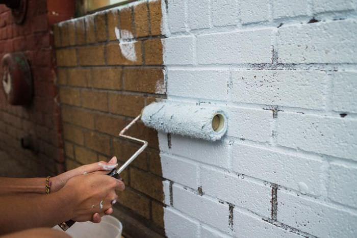 Покраска стены из кирпича малярным валиком