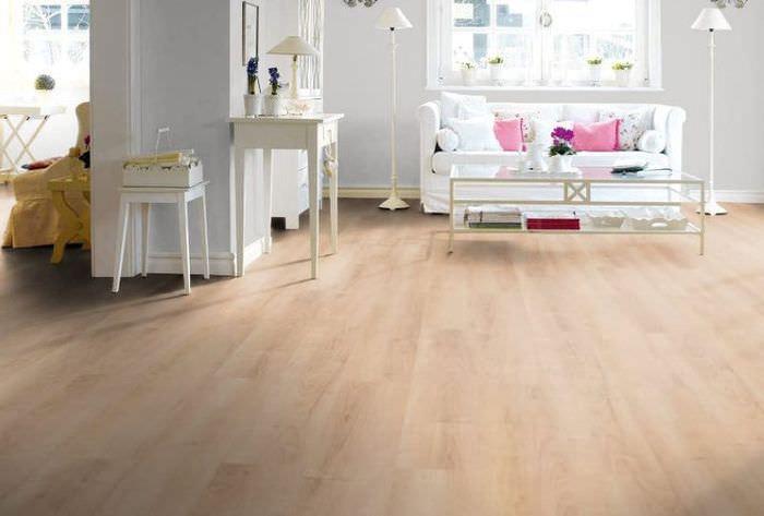 Белая мебель на полу кремового оттенка