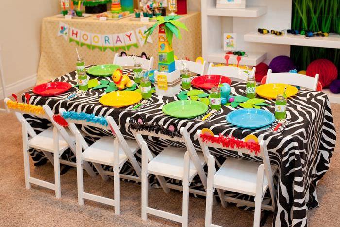 Полосатая скатерть на детском столе