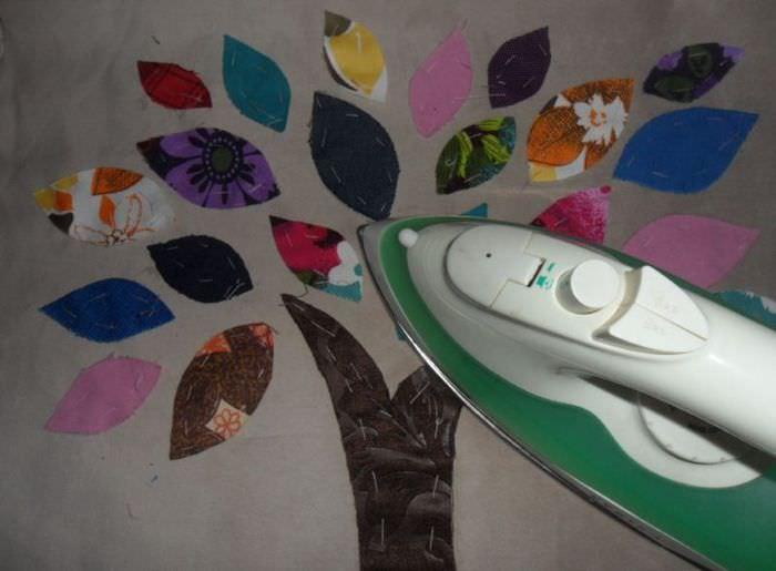 Декорирование подушки с помощью лоскутков ткани