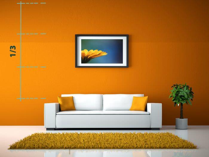 Правила подвески картины над диваном