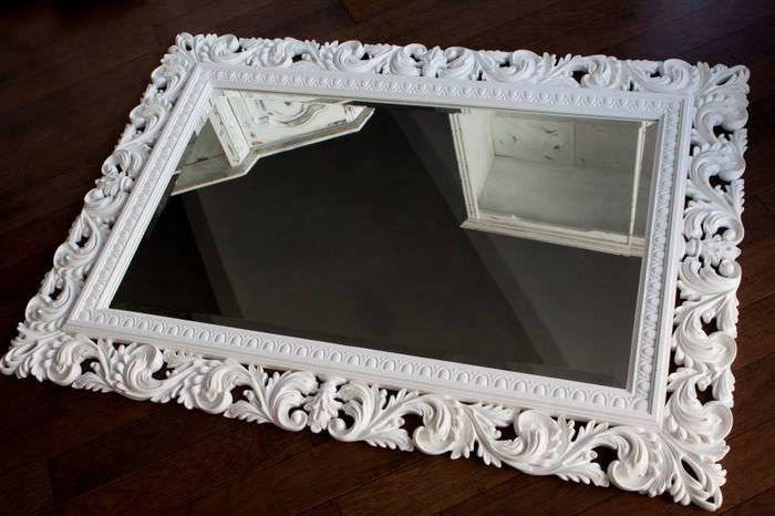 Зеркало в белой рамке из лепнины