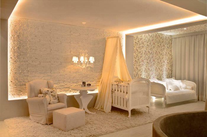 Интерьер комнаты молодых родителей с рассеянным светом