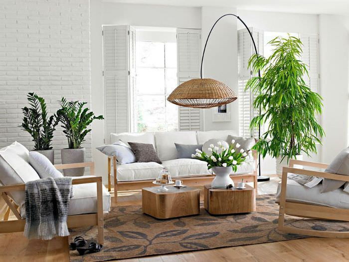 Белая гостиная с зелеными растениями