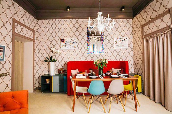 Разноцветные стулья за обеденным столом в кухне-гостиной