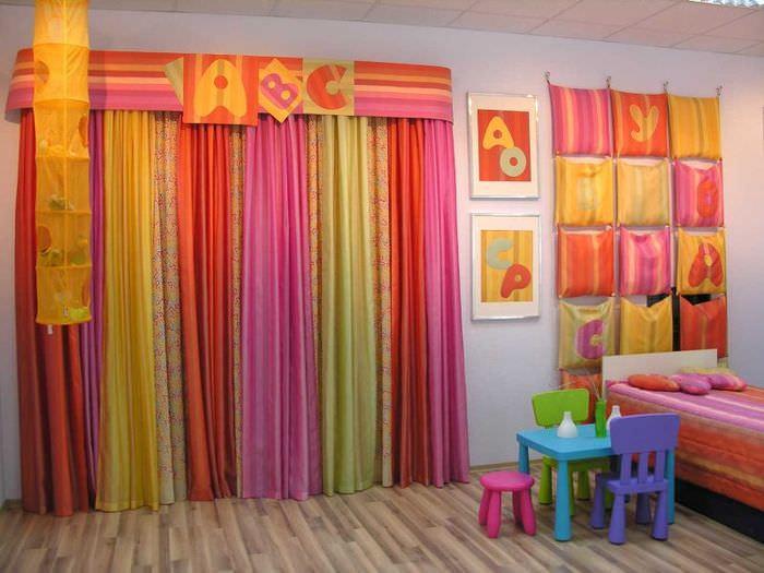 Яркие цветные шторы в интерьере детской комнаты
