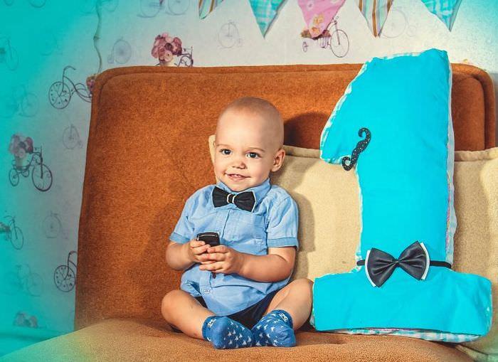 Фото годовалого ребенка рядом с объемной цифрой
