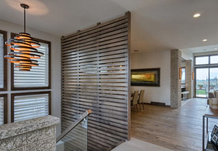 Деревянная перегородка из реек на втором этаже частного дома