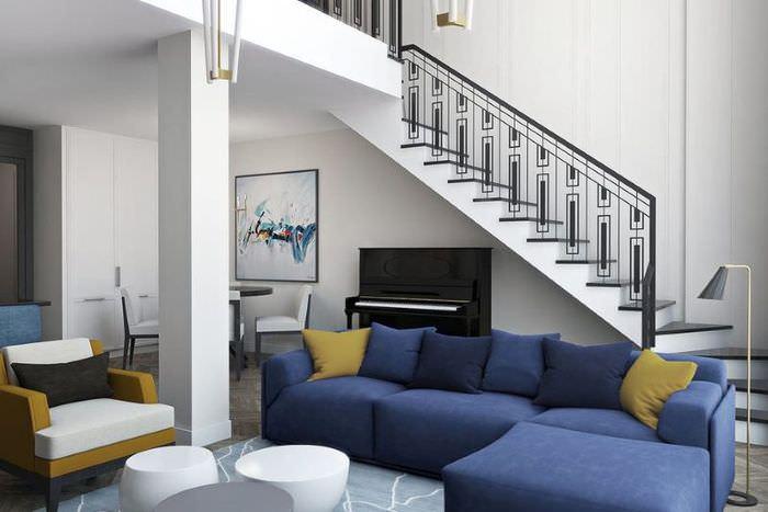 Бетонная лестница с металлическими перилами в двухуровневой квартире