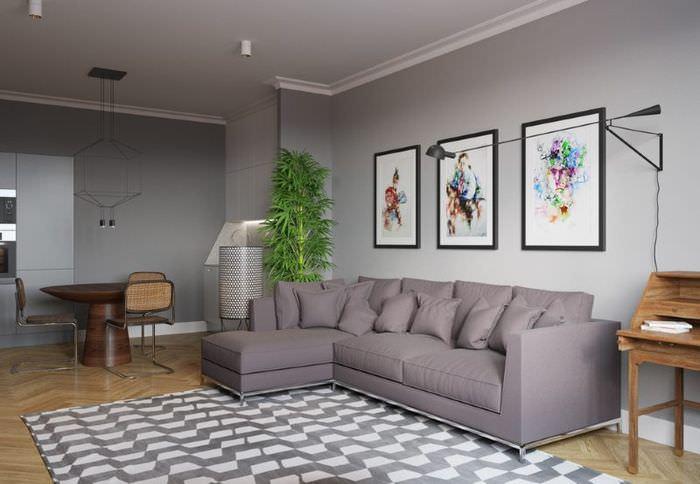 Модульные картины над серым диваном