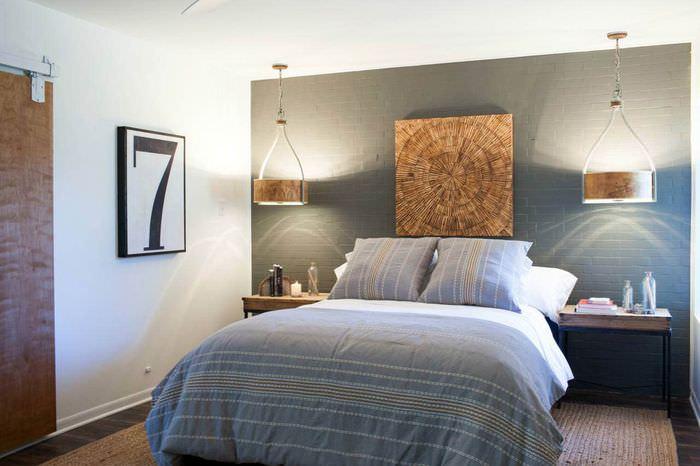 Серая кирпичная стена в современной спальне