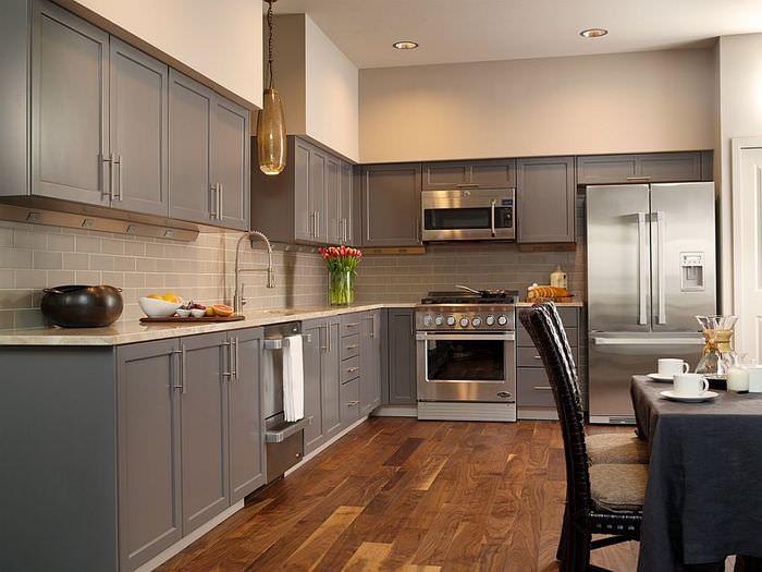 Дизайн современной кухни с серым гарнитуром