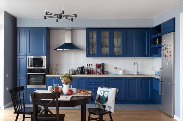 Кухонный гарнитур насыщенного синего цвета