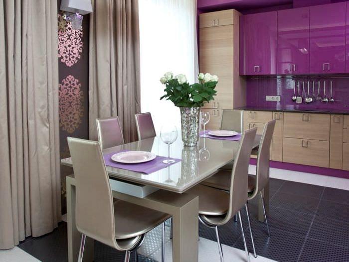Дизайн серо-фиолетовой кухни с керамическим полом