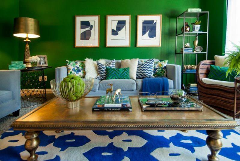 Модульные картины на темно-зеленой стене гостиной