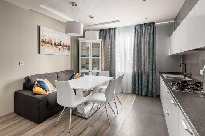 Дизайн кухни с серым диваном