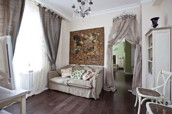 Интерьер гостиной в стиле прованс с серым диваном
