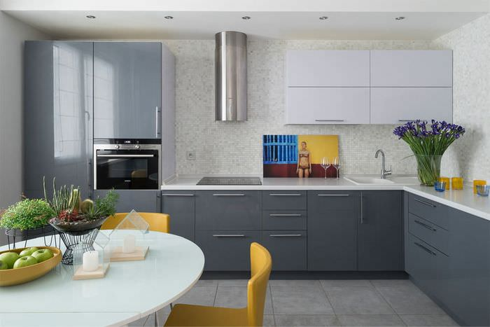 Желтые кухонные стулья на керамическом полу