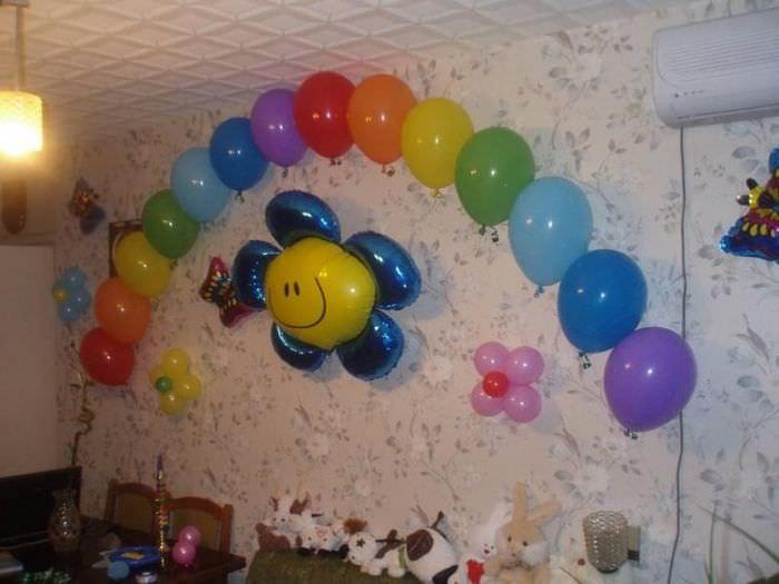 Стена в гостиной с воздушными шарами