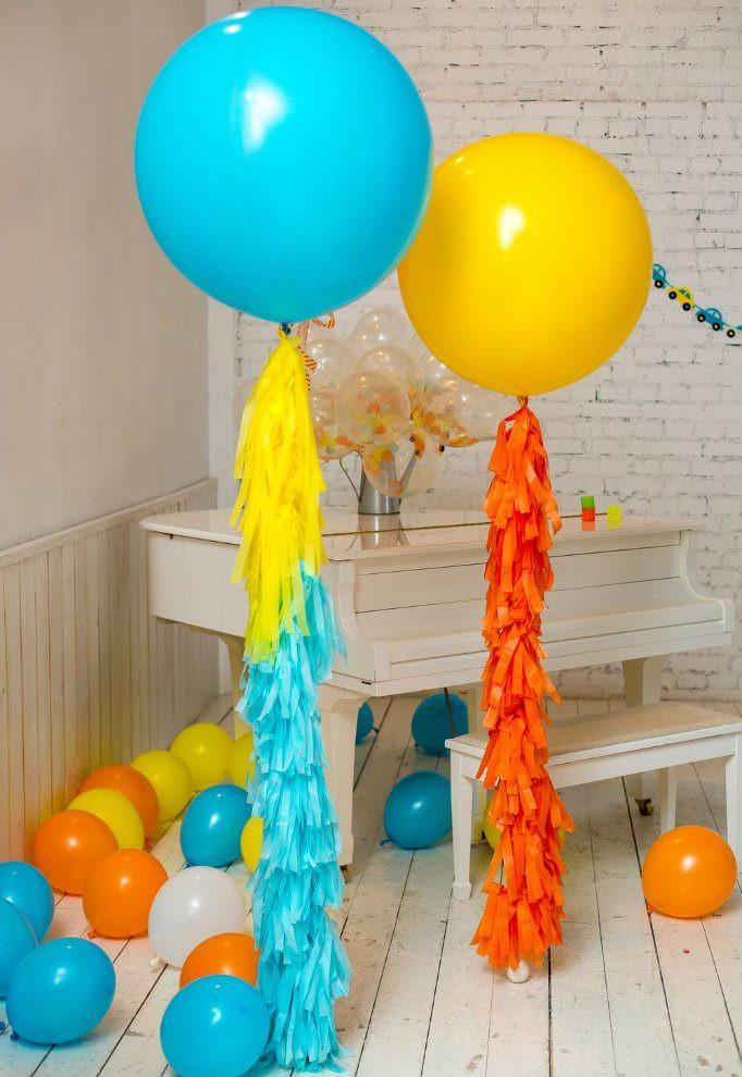 Желтый и голубой воздушный шарик в белой комнате