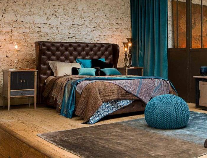Интерьер спальни с синими шторами