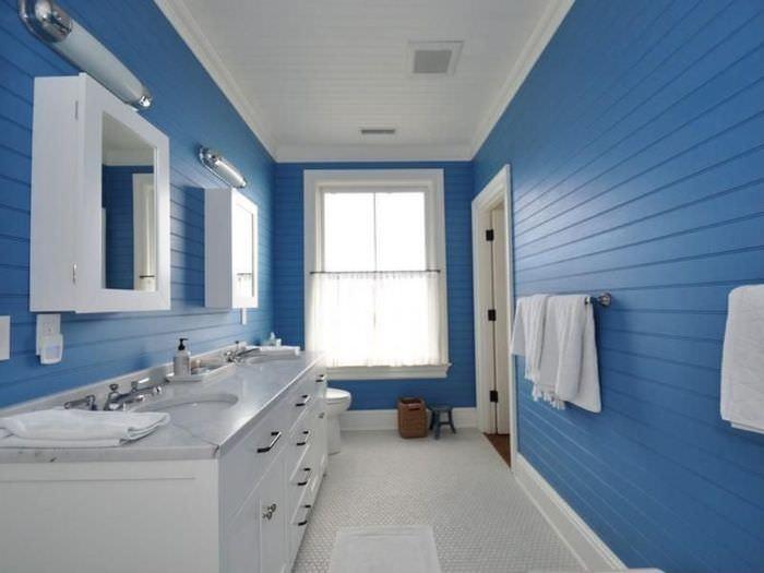 Синие панели на стене ванной комнаты в частном доме