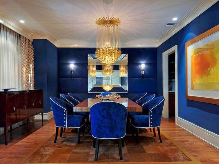 Мягкие стулья с синей обивкой в обеденной зоне гостиной