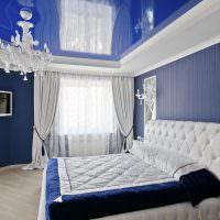 Синий потолок с глянцевой поверхностью