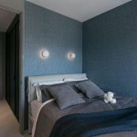Текстильные обои синего цвета на стенах спальни