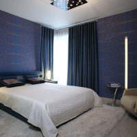 Синие шторы в современной спальне