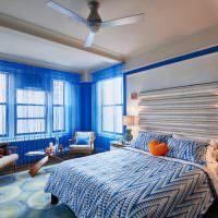 Пестрое покрывало на кровати в спальне