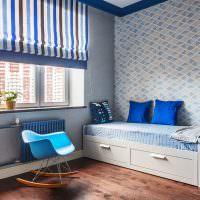 Синие подушки на детской кроватке