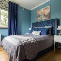 Белая батарея на голубой стене