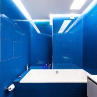 Синяя плитка на стене ванной комнаты