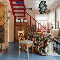 Голубой пол в гостиной с лестницей