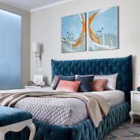 Синее изголовье кровати в комнате мальчика
