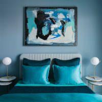 Абстракция на картине в спальне