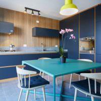 Обеденный столик с голубой поверхностью