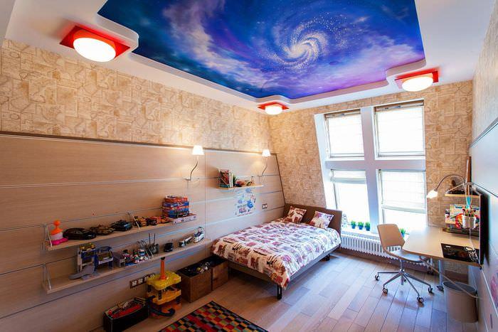 При оформлении детской комнаты дизайнеры стараются задействовать потолок.