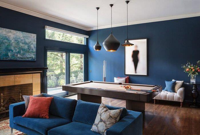 Бильярдный стол в комнате с синими стенами
