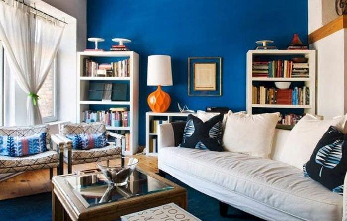 Белый диван в гостиной с синем полом и стеной