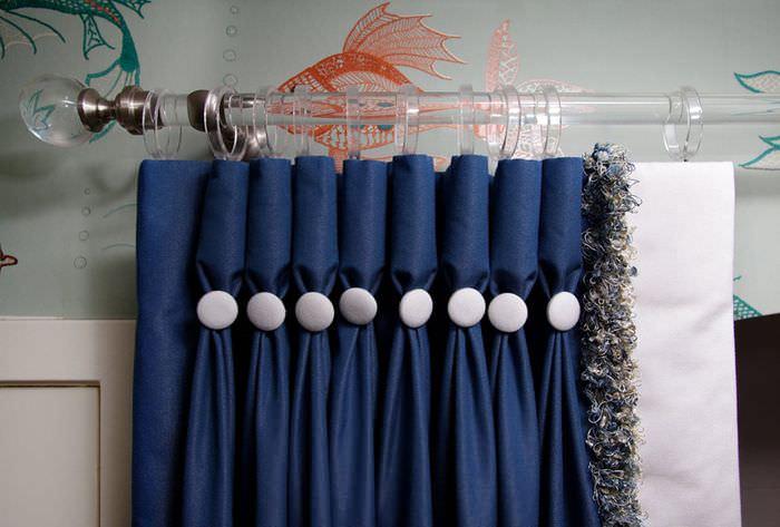 Складки с декоративными пуговицами на шторах в спальне