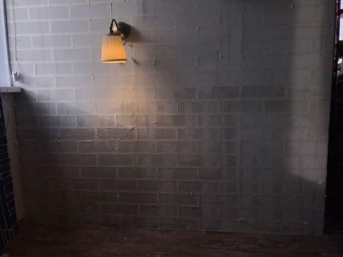 Бумажный малярный скотч на бетонной стене