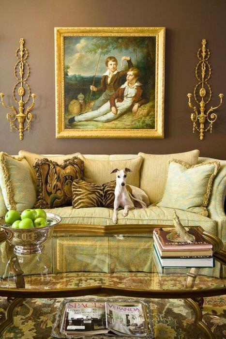 Картина в золотистой раме на стене гостиной