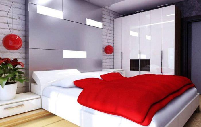 Красное покрывало на кровати в современной квартире