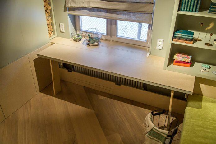 Рабочий стол вместо подоконника в комнате подростка
