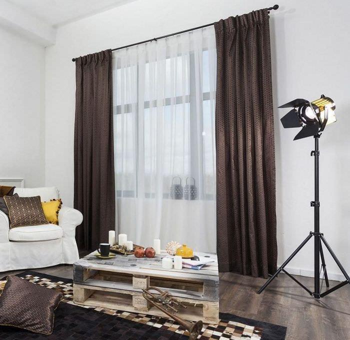 Комбинация коричневых штор с белым тюлем