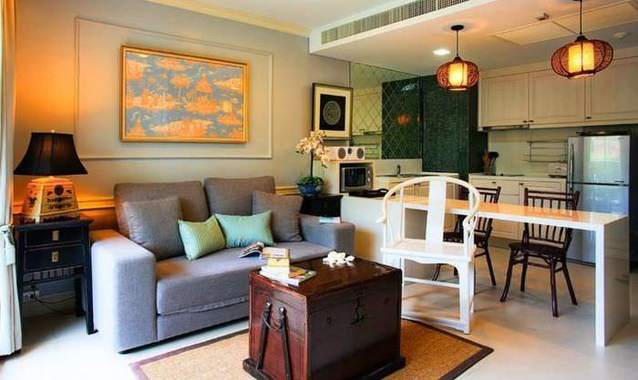 Деревянный сундук в интерьере кухни-гостиной