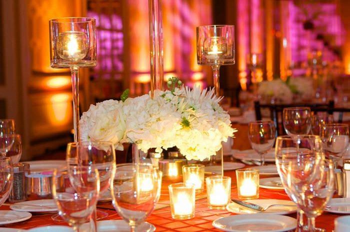 Декоративные свечи на праздничном столе